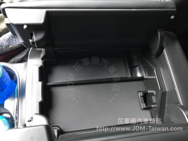 中央扶手置物隔板 2